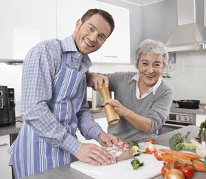 Sohn und Mutter beim gemeinsamen Kochen